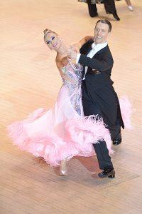 アルナス・ビゾカス & カチューシャ・デミドヴァ ペア ピンクの衣装